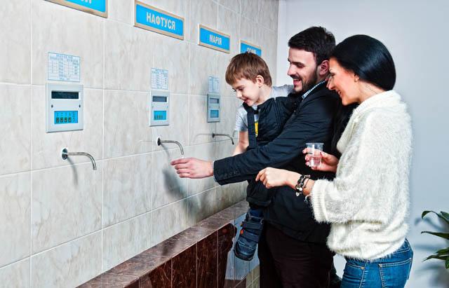 Минеральная вода в Трускавце - семья в бювете